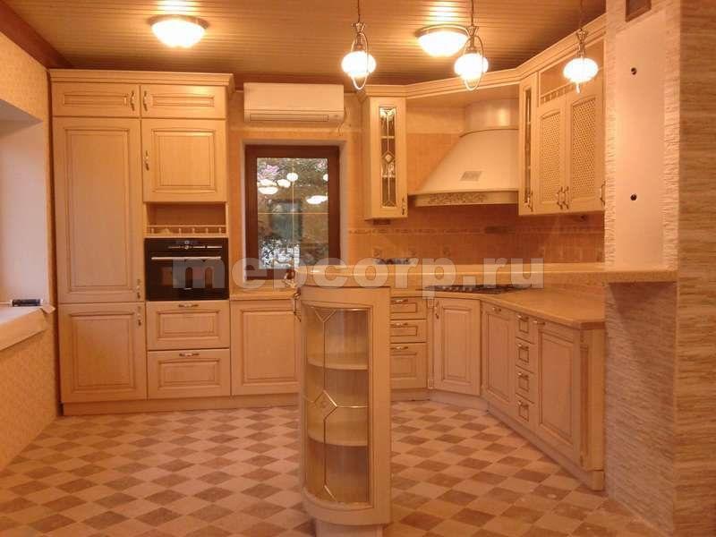 Дизайн кухни с окном и барной стойкой в частном доме